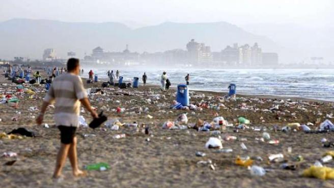 Basura acumulada en la playa de la Malvarrosa, Valencia(ARCHIVO)