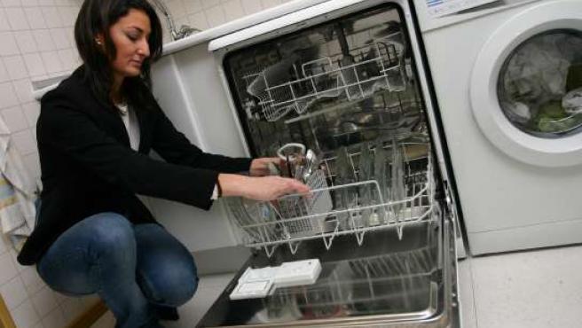 Una joven mete sus platos al lavavajillas. (ARCHIVO)
