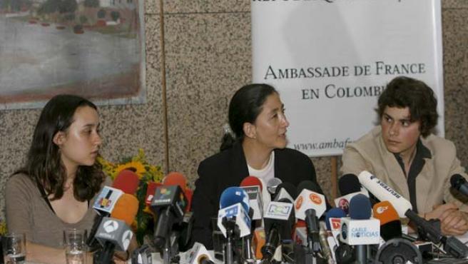 Ingrid Betancourt, en una rueda de prensa junto a sus hijo Lorenzo y Melanie Delloye, en una foto de archivo.