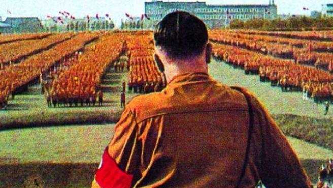 Hitler ante una manifestación multitudinaria. (ARCHIVO)