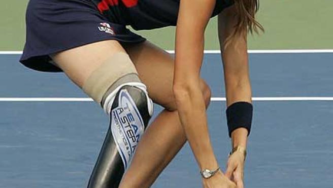 Kelly Bruno recoge una bola en el US Open.
