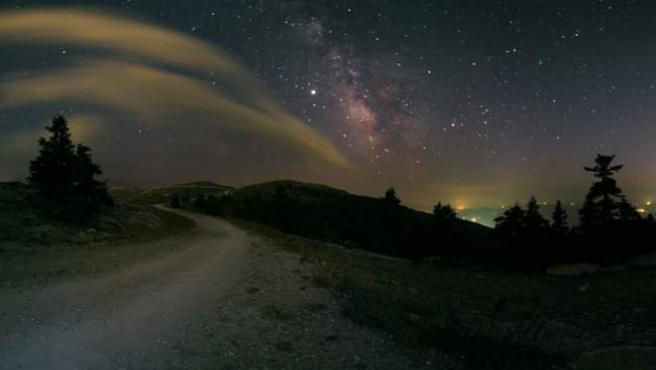 Un astrónomo tomó este sendero de anochecer.