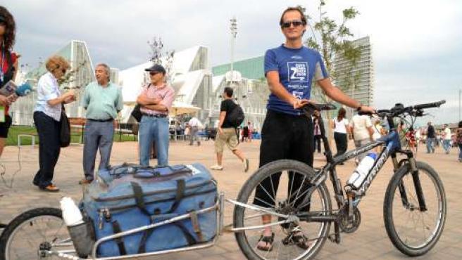 Diego Ballesteros, en la Expo, con la bici con la que viajó a Pekín.