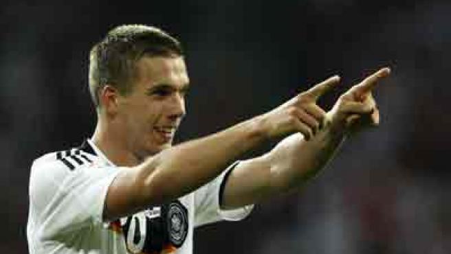 Lukas Podolski celebra un gol con Alemania.