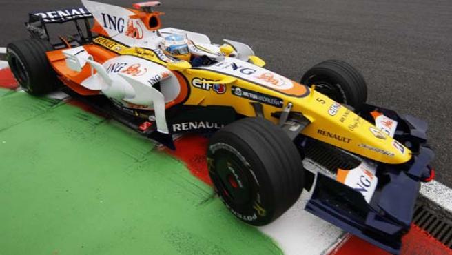 Alonso, durante la sesión de entrenamientos libres en Spa. (EFE)