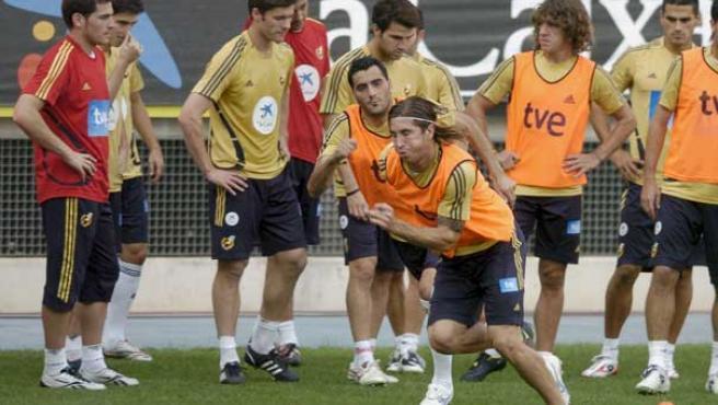 Sergio Ramos y Güiza, durante un entrenamiento con la selección. (EFE)