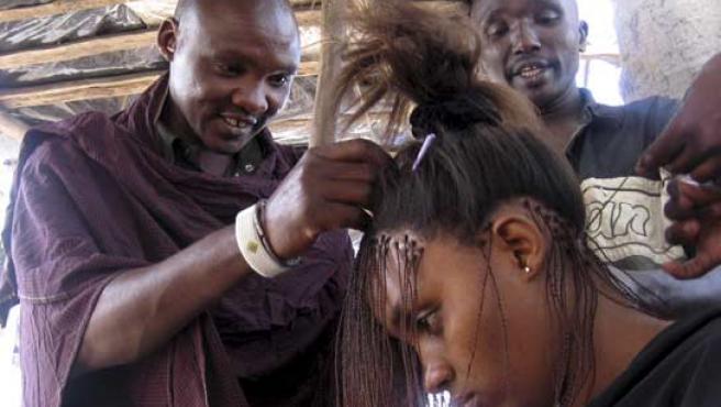 Lalasho fue al santuario turístico de Kenia para encontrar una mujer blanca y casarse, y acabó como peluquero (FOTO: REUTERS)