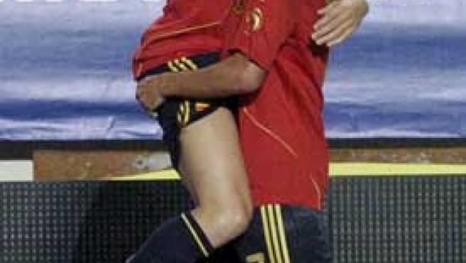 David Villa se abraza a Cesc tras marcar el gol de la victoria de españa ante Bosnia.