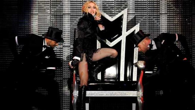 """Madonna en el escenario, durante su concierto en el Estadio Olímpico de Roma, como parte de su gira mundial """"Sticky and Sweet""""."""