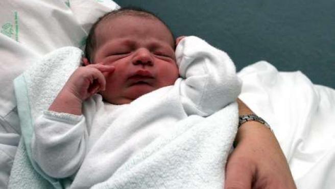 Un bebé recién nacido en brazos de su madre. (ARCHIVO)