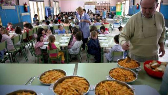 Varios niños en un comedor escolar. (ARCHIVO)
