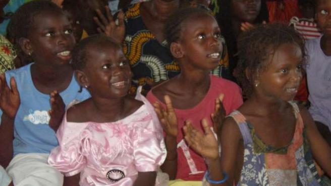 Niñas senegalesas aprenden mientras cantan y bailan. (O. F.)