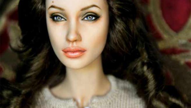 Una de las creaciones que se venden en eBay: la muñeca de Angelina Jolie (Fuente: eBay).