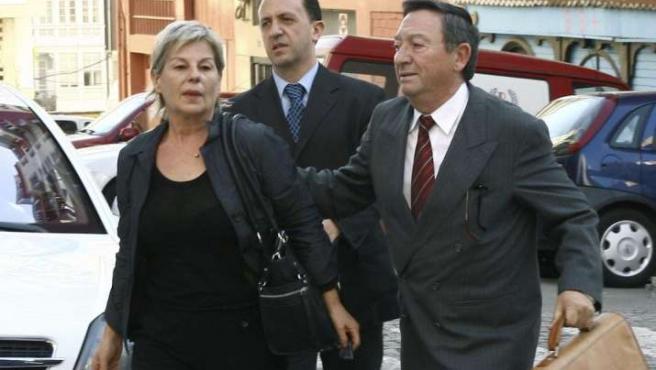 La prestigiosa cocinera gallega Toñi Vicente acompañada por sus abogados, a su llegada al juzgado. EFE/JOSÉ MAURIZ