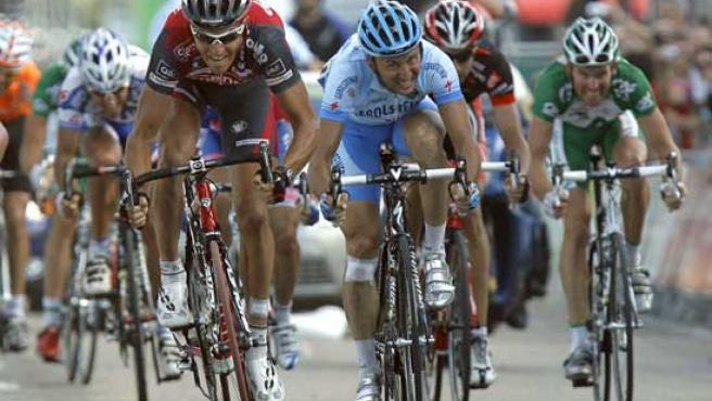 El corredor belga del equipo Silence - Lotto, Greg Van Avermaet (i), vence al sprint al corredor italiano del Geroslteiner, Davide Rebellin. (EFE)