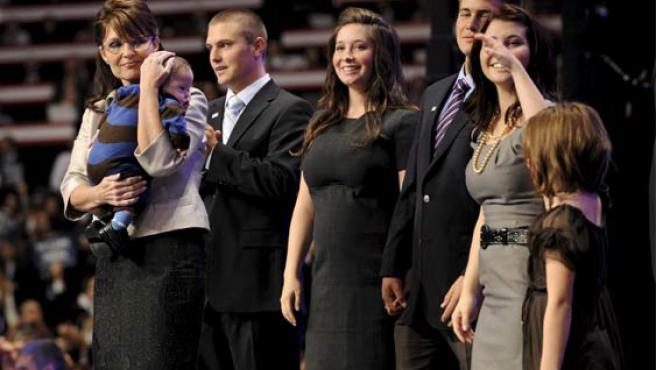 Sarah Palin junto a su familia, tras su discurso. (EFE/SHAWN THEW EEUU)