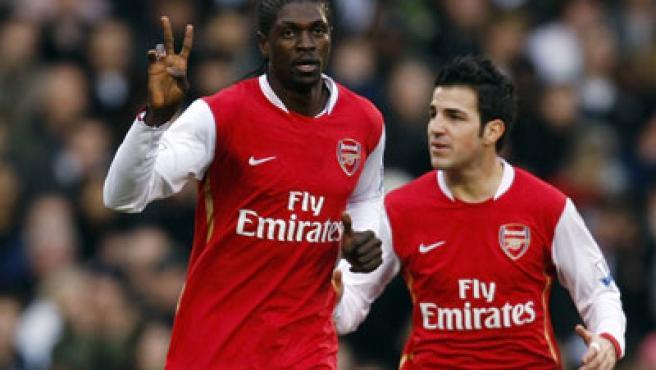 El delantero del Arsenal, Emmanuel Adebayor, celebra un gol con Cesc Fábregas.