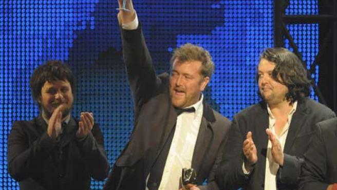 El grupo Elbow recoge el premio en Londres. FOTO: REUTERS.