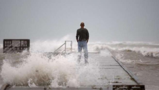 Ike se mantiene como un huracán de categoría uno, pero se espera que siga aumentando su intensidad. REUTERS/CARLOS BARRIA