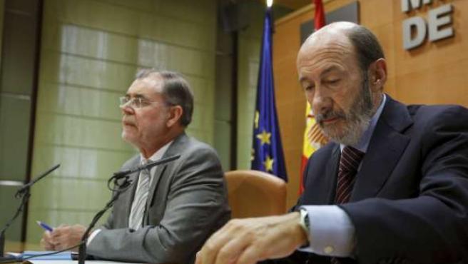 Los ministros de Justicia e Interior, Fernández Bermejo (izq) y Pérez Rubalcaba, respectivamente, en rueda de prensa tras reunirse. EFE