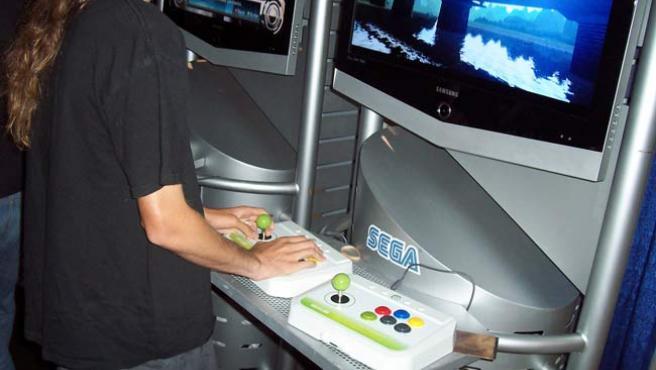 Un joven jugando con un videojuego.