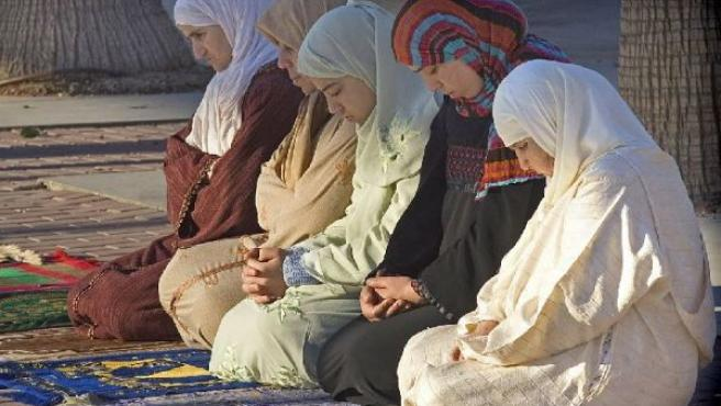 Grupo de mujeres musulmanas con el velo rezando. (ARCHIVO)