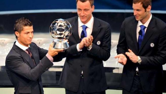Cristiano Ronaldo recibe el trofeo al mejor delantero del año, durante el sorteo de Champions. (EFE)