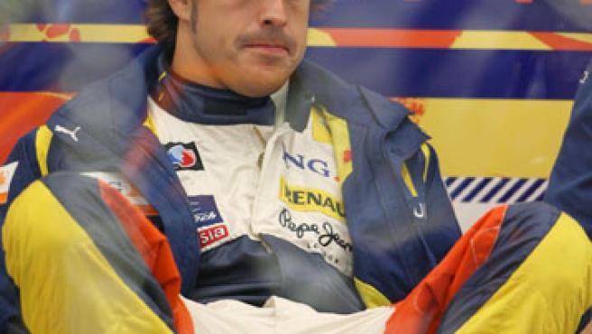 Fernando Alonso, pensativo en Bélgica. (EFE)