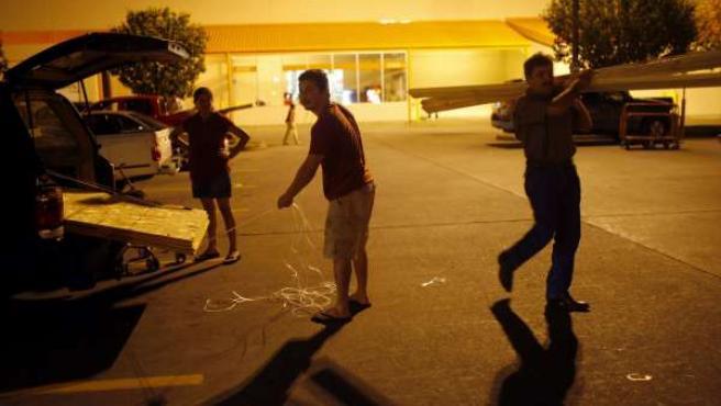 Los habitantes de Houston (Texas) compran materiales para proteger sus hogares del huracán 'Ike'(REUTERS)