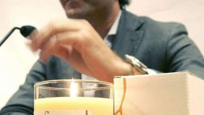El gerente de la empresa Novavila, José Luis Vilanova, durante la presentación de la primera vera con aroma de vino de Albariño.(EFE)