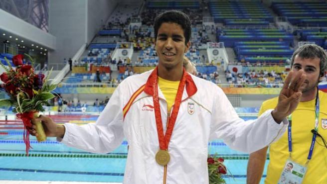 El nadador canario Enhamed Enhamed saluda en el podio tras conseguir hoy su tercer oro de los Juegos Paralímpicos. (EFE)