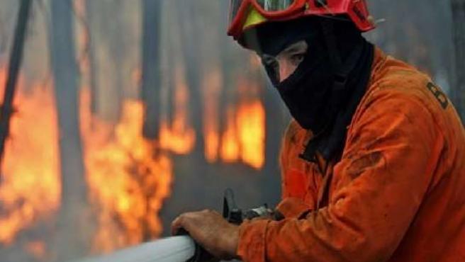 Los Bomberos tratan de sofocar un incendio forestal. 20MINUTOS/ARCHIVO.