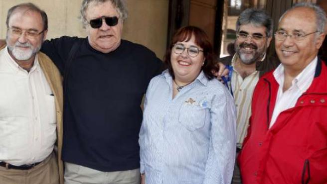 El historiador Ian Gibson (2-i), Nieves Galindo y Rafael Gil Brasero (2-d), vicepresidente de la Asociación para la Recuperación de la Memoria Histórica de Granada (EFE).