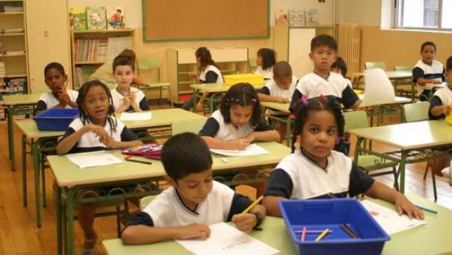 Unos niños en el colegio durante una clase. (ARCHIVO)