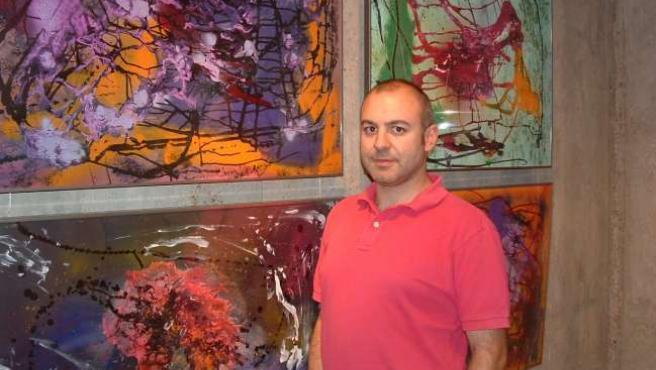 El pintor abstracto Eduardo Cebollada posa junto a una de sus obras.