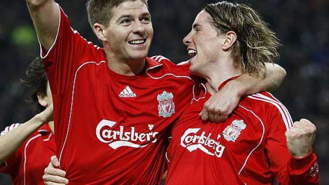 Steven Gerrard (i) y Fernando Torres celebran un gol del delantero español. (Reuters)