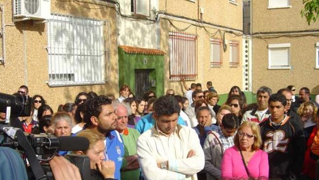 Juan José Cortés, rodeado por sus vecinos en la concentración que se produjo el día que se detuvo a Santiago del Valle.