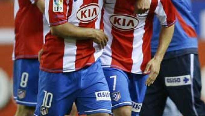 Forlán y Agüero celebran un gol.