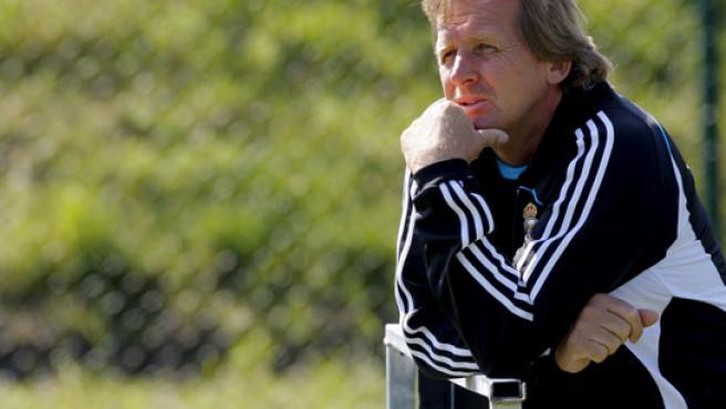Schuster, pensativo en un entrenamiento del Real Madrid. (EFE)