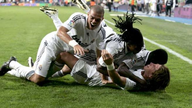 Sergio Ramos celebra el segundo gol del Madrid con sus compañeros. (EFE)