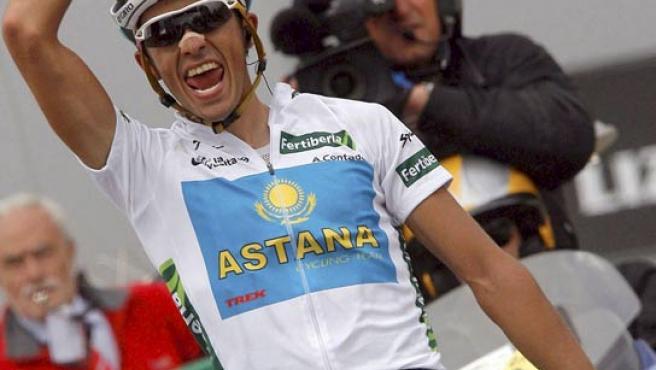 El corredor madrileño del equipo Astana, Alberto Contador, celebra su victoria en el alto del Angliru (Asturias).
