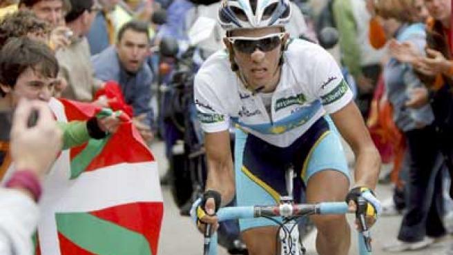 Alberto Contador ascendiendo el Angliru, donde logró la victoria.