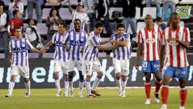 Los jugadores del Valladolid celebran un gol ante el Atlético de Madrid.