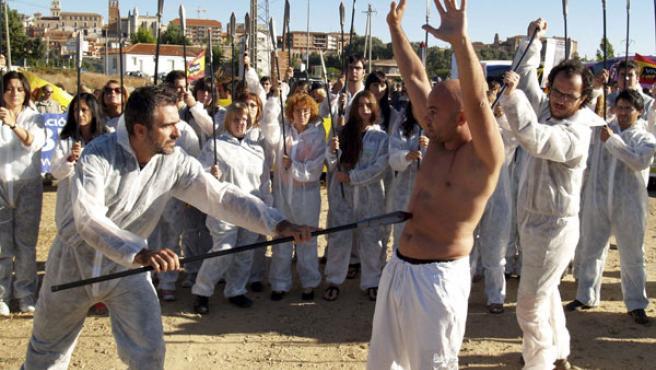 Alrededor de 400 militantes antitaurinos se concentraron el pasado año contra el Toro de la Vega. (EFE)