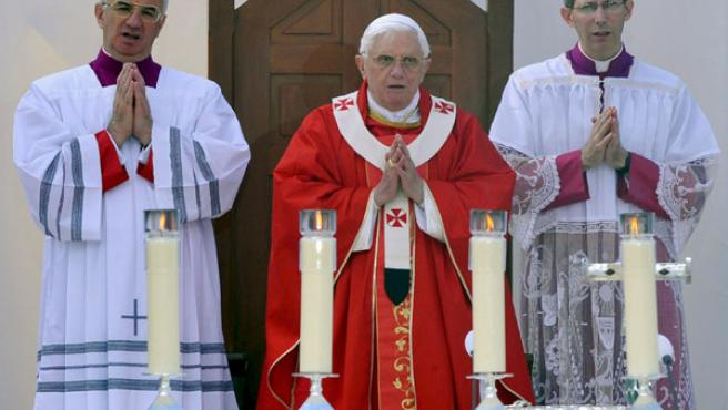 Papa Benedicto XVI oficia una misa para conmemorar el 150 aniversario de la aparición de la virgen María a la pequeña Bernadette Soubirous en Lourdes. (EFE)