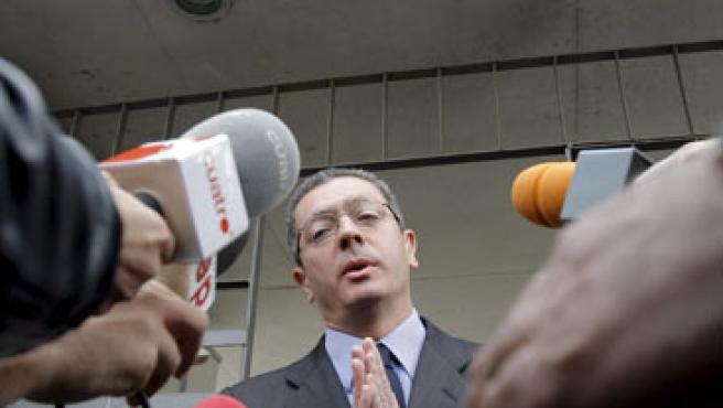 Gallardón atiende a los medios de comunicación. (EFE/Emilio Naranjo)
