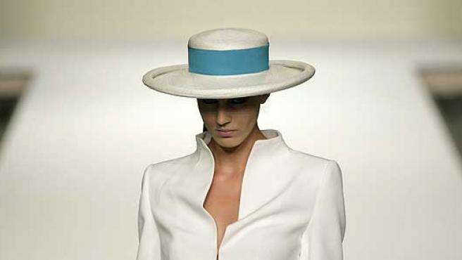 Uno de los modelos del desfile de Elio Berhanyer.
