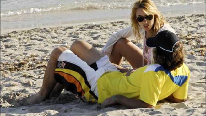 Carolina Cerezuela y Carlos Moyá en la playa. FOTO: KORPA.