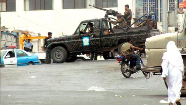 Autoridades yemeníes cortan el acceso a la calle donde se ecuentra la embajada de Estados Unidos en Saná (EFE).