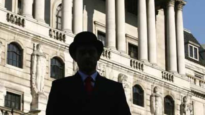 Un actor frente al Banco de Inglaterra durante un programa de televisión. (RTRPIX)
